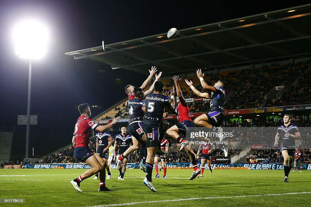 David Fusitu'a, Solomone Kata and Ken Maumalo of the Warriors go after the high ball against Shaun Kenny-Dowall of the Roosters during the round 15 NRL match between the New Zealand Warriors and the Sydney Roosters at Mt Smart Stadium on June 19, 2016 in Auckland, New Zealand.