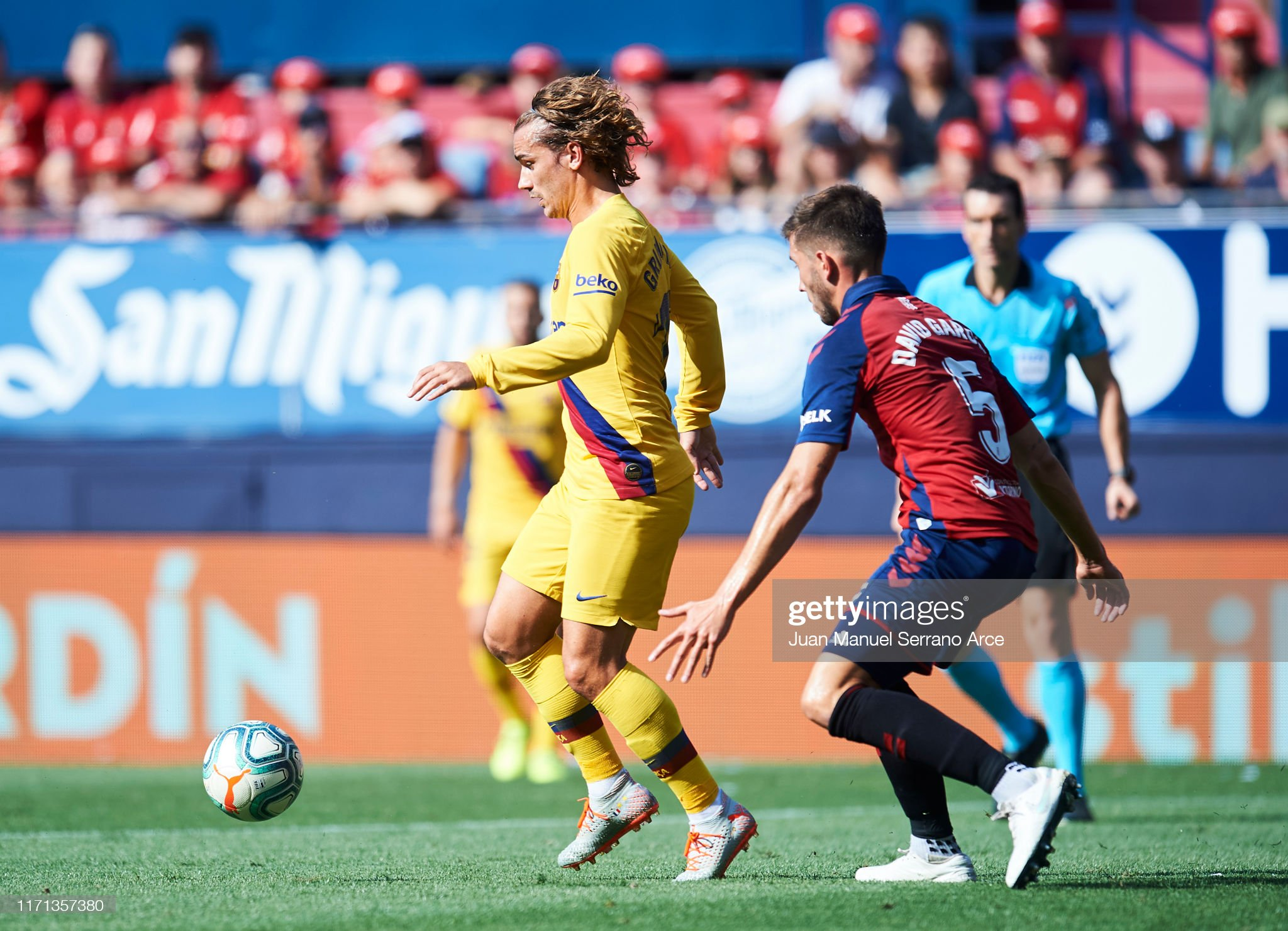 صور مباراة : أوساسونا - برشلونة 2-2 ( 31-08-2019 )  David-garcia-of-ca-osasuna-competes-for-the-ball-with-antoine-of-fc-picture-id1171357380?s=2048x2048