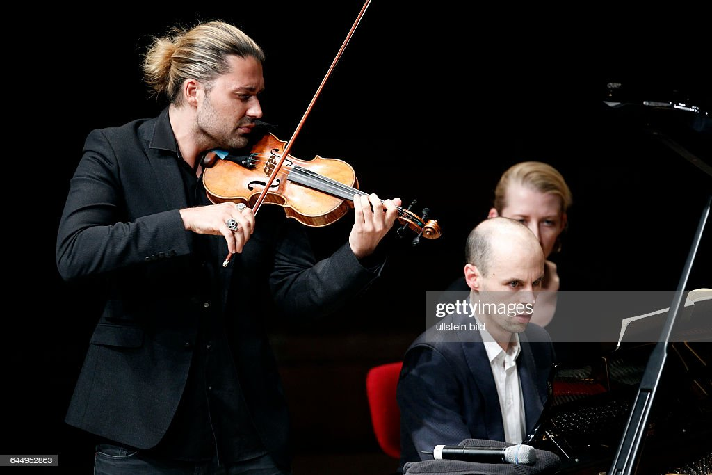 """Deutsch/amerikanischer Violinist David Garrett gastiert in Begleitung des französischen Pianisten Julien Quentin auf seiner """"Rezital""""-Tour in der Philharmonie Köln : Nachrichtenfoto"""