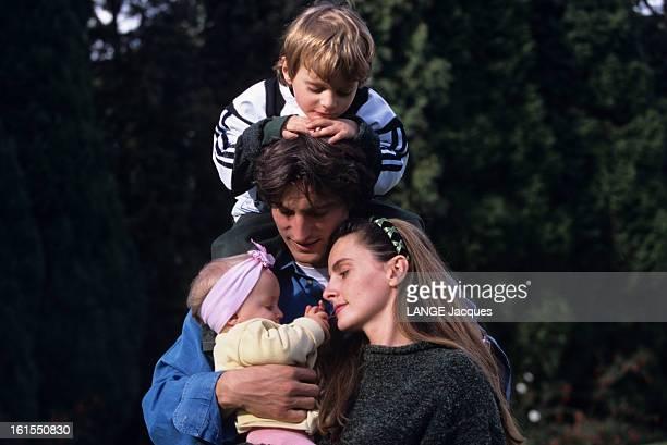 David Ginola With Family In Newcastle David GINOLA posant avec son pouse Coraline GINOLA et leurs enfants Andrea GINOLA et Carla GINOLA dans le...