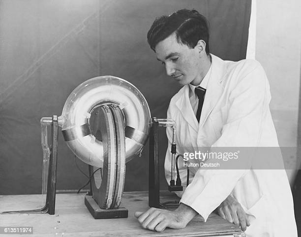 David Goodall operates a model of a zpinch fusion reactor with a pinched discharge and an intermittence spark circulating to show the action inside...