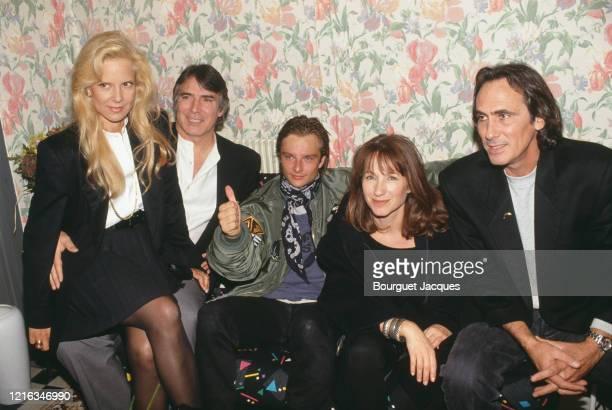 David Hallyday dans sa loge entouré, à sa droite, de sa mère Sylvie Vartan et son mari Tony Scotti et à sa gauche, Nathalie Baye, ex compagne se son...