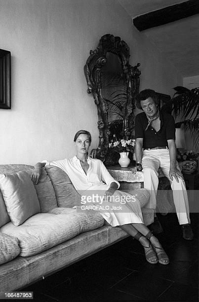 David Hamilton And His Companion Mona In Ramatuelle Ramatuelle 2 septembre 1976 David HAMILTON photographe Britannique et sa compagne Mona assis dans...