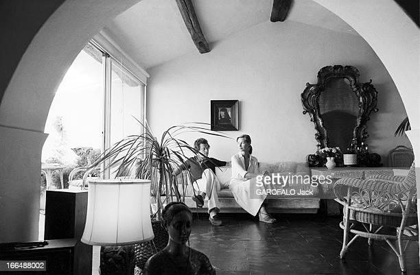 David Hamilton And His Companion Mona In Ramatuelle Ramatuelle 2 septembre 1976 David HAMILTON photographe Britannique et sa compagne Mona assise sur...