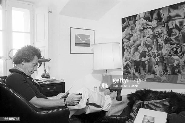 David Hamilton And His Companion Mona In Ramatuelle Ramatuelle 2 septembre 1976 David HAMILTON photographe Britannique assis dans un canapé face à un...