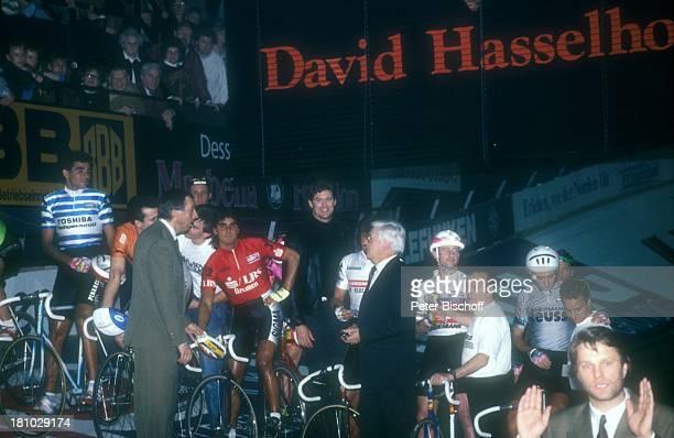 David Hasselhoff Radrennfahrer 27'Bremer 6Tage Rennen' Bremen 'Stadthalle' Starter Startschuß Pistole Radrennen Sport Radrennfahrer Trikot Schuß...