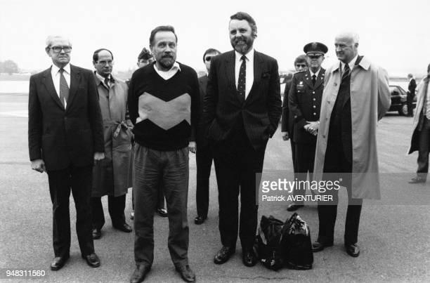 David Jacobsen à son retour de captivité et Terry Waite sur la base de Wiesbaden, RFA, le 3 novembre 1986.