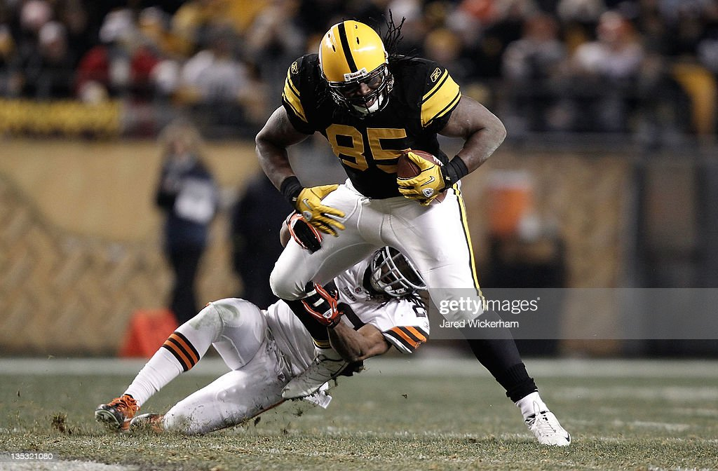 David Johnson #85 of the Pittsburgh Steelers attempts to break a tackle after catching a pass against the Cleveland Browns during the game on December 8, 2011 at Heinz Field in Pittsburgh, Pennsylvania.