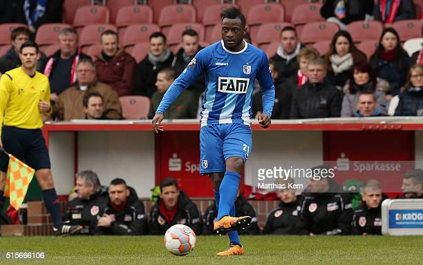David Kinsombi of Magdeburg runs with the ball during the third league match between FC Energie Cottbus and 1.FC Magdeburg at Stadion der...