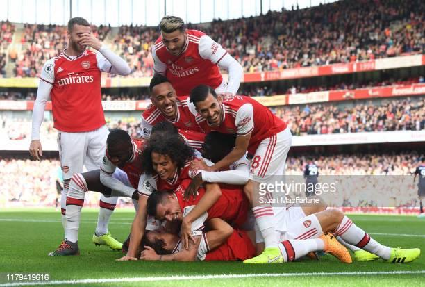 David Luiz celebrates scoring the Arsenal goal with Nicolas Pepe Matteo Guendouzi PierreEmerick Aubameyang Granit Xhaka and Dani Ceballos during the...