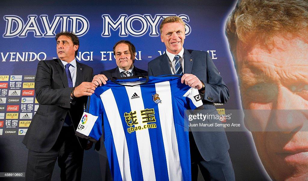 David Moyes (R) holds up a Real Sociedad shirt with Real Sociedad president Jokin Aperribay (C) and Director General Lorenzo Juarros while being presented as Real's new head coach at Estadio Anoeta on November 13, 2014 in San Sebastian, .