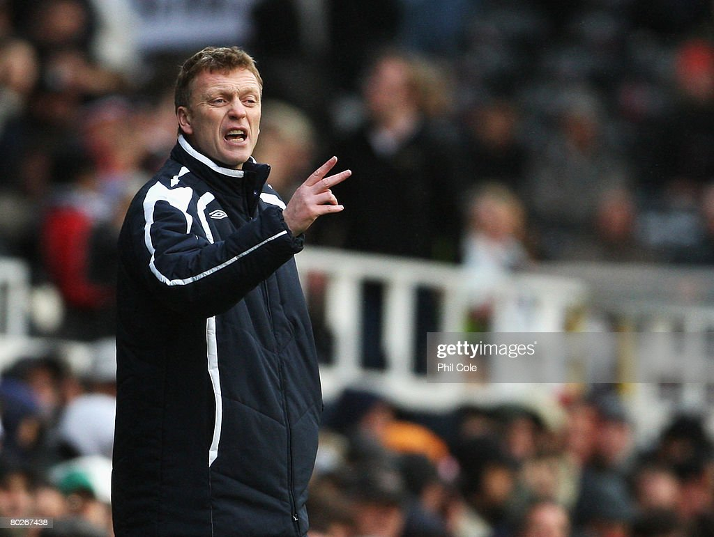 David Moyes, manager of Everton shouts to his team from the touchline during the Barclays Premier League match between Fulham and Everton at Craven Cottage on March 16, 2008 in London, England.
