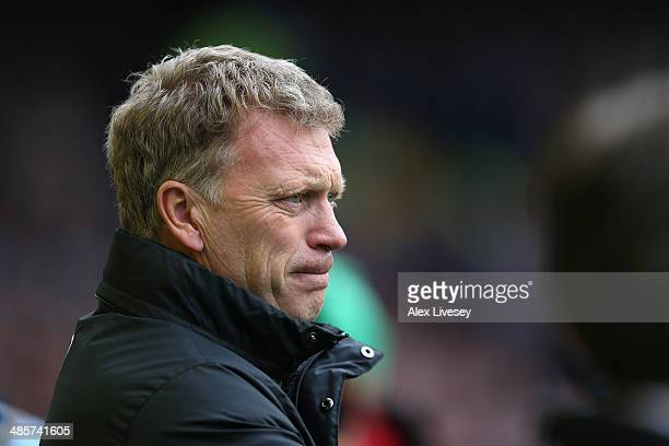 David Moyes manager of Manchester United looks on during the Barclays Premier League match between Everton and Manchester United at Goodison Park on...