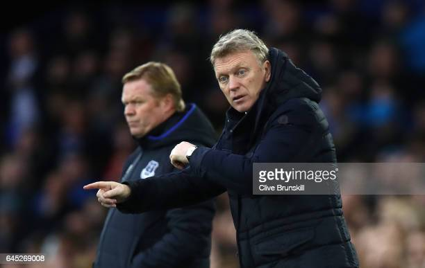 David Moyes Manager of Sunderland gives his team instructions during the Premier League match between Everton and Sunderland at Goodison Park on...