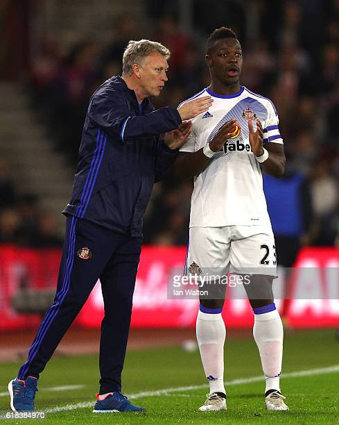 David Moyes Manager of Sunderland gives instructions to Lamine Koné of Sunderland during the EFL Cup fourth round match between Southampton and...