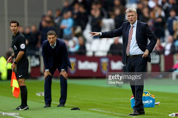 David Moyes Manager of Sunderland gives team instructions during the Premier League match between West Ham United and Sunderland at Olympic Stadium...