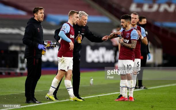 David Moyes, Manager of West Ham talks to Jarrod Bowen and Manuel Lanzini during the Premier League match between West Ham United and Sheffield...
