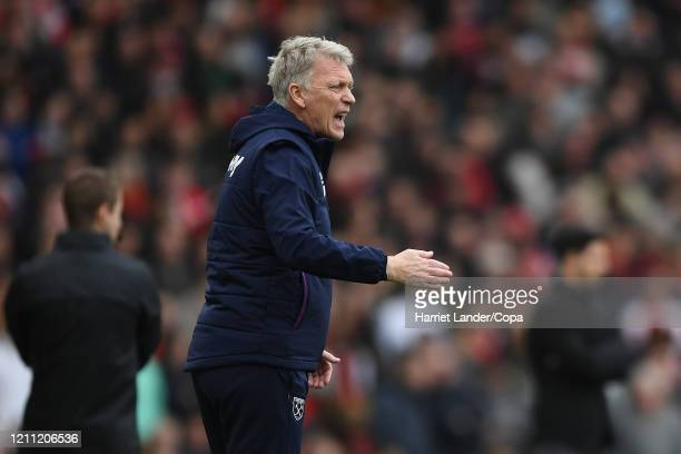 David Moyes Manager of West Ham United gives his team instructions during the Premier League match between Arsenal FC and West Ham United at Emirates...