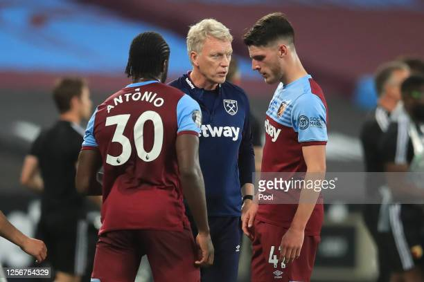 David Moyes Manager of West Ham United speaks to Michail Antonio of West Ham United and Declan Rice of West Ham United during the drinks break during...