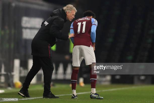 David Moyes, Manager of West Ham United speaks with Jesse Lingard of West Ham United during the Premier League match between Fulham and West Ham...
