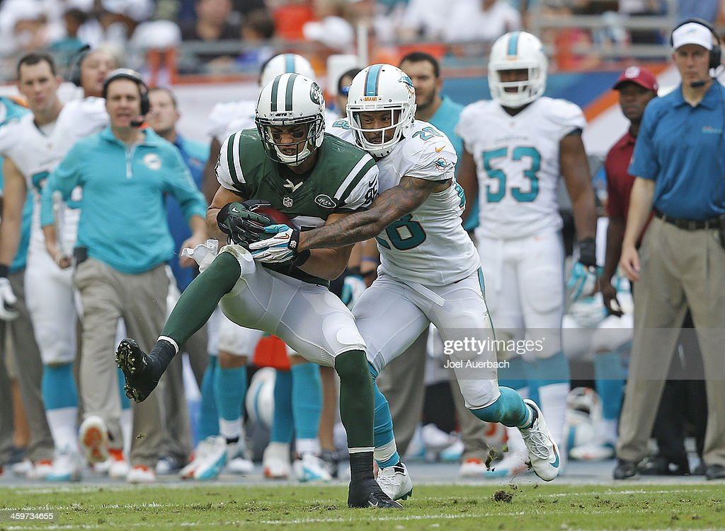 David Nelson #86 of the New York Jets catches the ball in front of Nolan Carroll #28 of the Miami Dolphins on December 29, 2013 at Sun Life Stadium in Miami Gardens, Florida. The Jets defeated the Dolphins 20-7.
