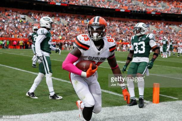 David Njoku of the Cleveland Browns scores a touch down in the in the third quarter against the New York Jets at FirstEnergy Stadium on October 8...
