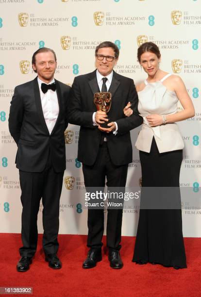David O Russell winner of the Adapted Screenplay award for Silver Linings Playbook poses in the press room with presenters Simon Pegg and Jennifer...