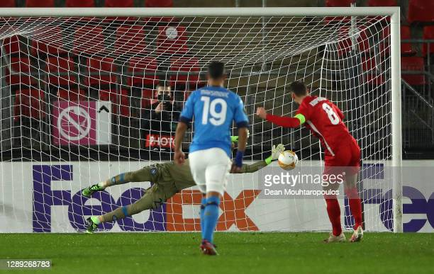 David Ospina of S.S.C. Napoli saves a penalty from Teun Koopmeiners of Alkmaar Zaanstreek during the UEFA Europa League Group F stage match between...