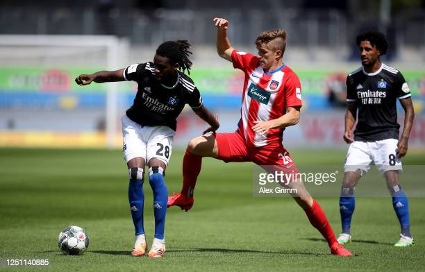 David Otto of Heidenheim challenges Gideon Jung of Hamburg during the Second Bundesliga match between 1. FC Heidenheim 1846 and Hamburger SV at...