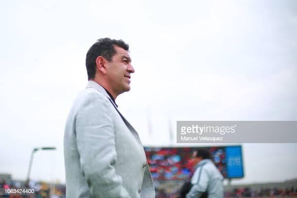 David Patiño coach of Pumas looks on during a 15th round match between Pumas UNAM and Cruz Azul as part of Torneo Apertura 2018 Liga MX at Olimpico...