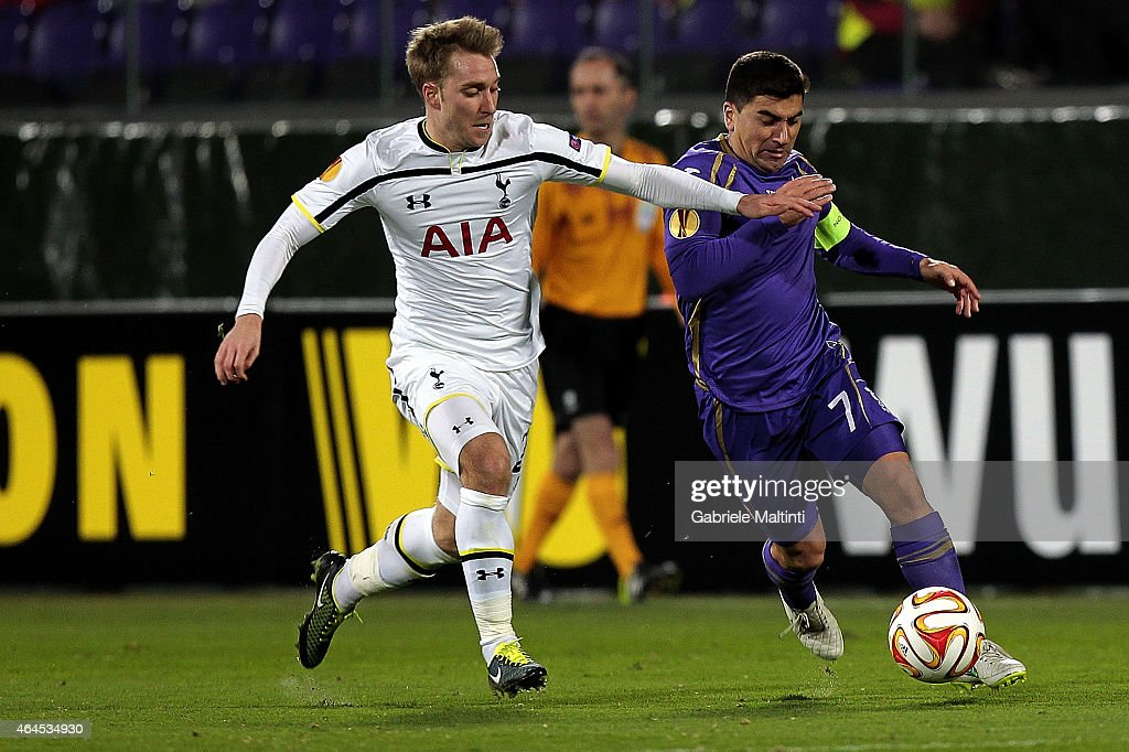 David Pizarro of ACF Fiorentina battles for the ball with Andros Townsend of Tottenham Hotspur FC during the UEFA Europa League Round of 32 match between ACF Fiorentina and Tottenham Hotspur FC at Artemio Franchi stadium on February 26, 2015 in Florence, Italy.