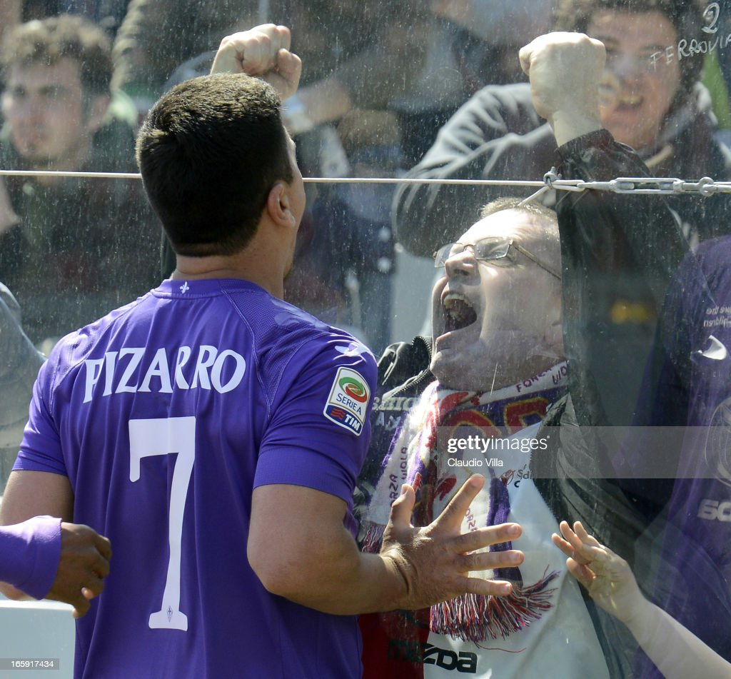 David Pizarro of ACF Fiorentina celebrates in front of fans after scoring his team's second goal from a penalty during the Serie A match between ACF Fiorentina and AC Milan at Stadio Artemio Franchi on April 7, 2013 in Florence, Italy.