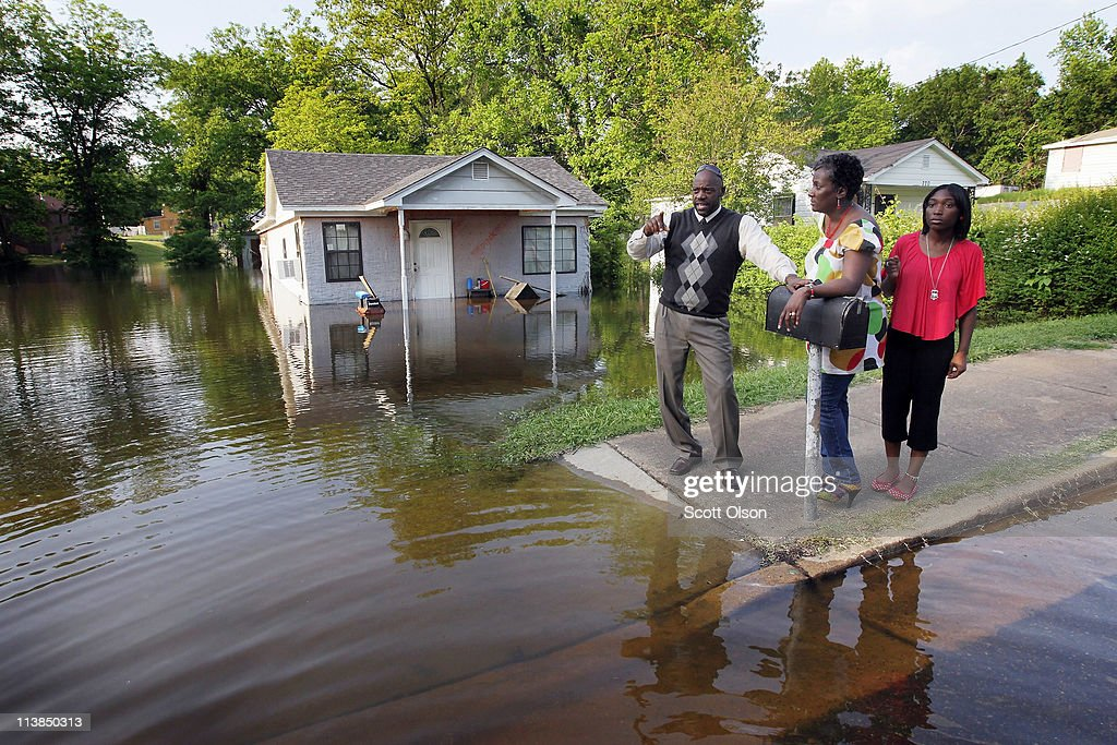 David Rhodes (L) his wife Yulonda (C) and daughter Mikynlee look at houses being engulfed by floodwater in the West Junction neighborhood where David grew up May 8, 2011 in Memphis, Tennessee. Officials estimate about 1,300 homes are at risk of suffering dangerous flooding as the city braces for the highest Mississippi River crest since 1937. Heavy rains have left the ground saturated, rivers swollen, and have caused widespread flooding in Missouri, Illinois, Kentucky, Tennessee, and Arkansas.
