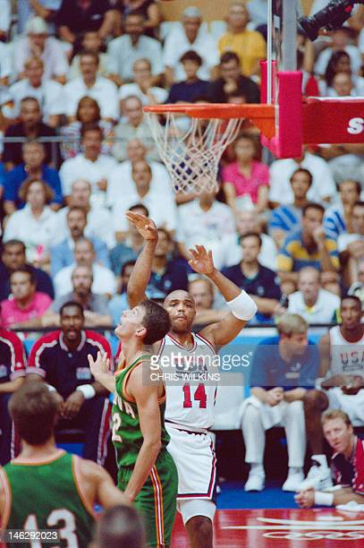 US David Robinson grabs a rebound in front of Lithuanian Arturas karnishovas 06 August 1992 during their semifinal match at the 1992 Barcelona...