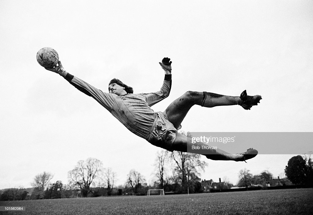 David Seaman, Queens Park Rangers and England goalkeeper, in action at Bisham Abbey near High Wycombe on 10th November 1986. (Bob Thomas/Getty Images).