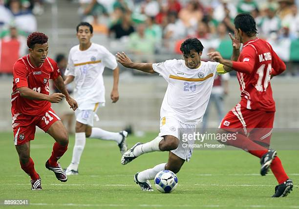 David Solorzano of Nicaragua controls the ball under pressure from Amilcar Henriquez Manuel Torres of Panama during the 2009 CONCACAF Gold Cup...