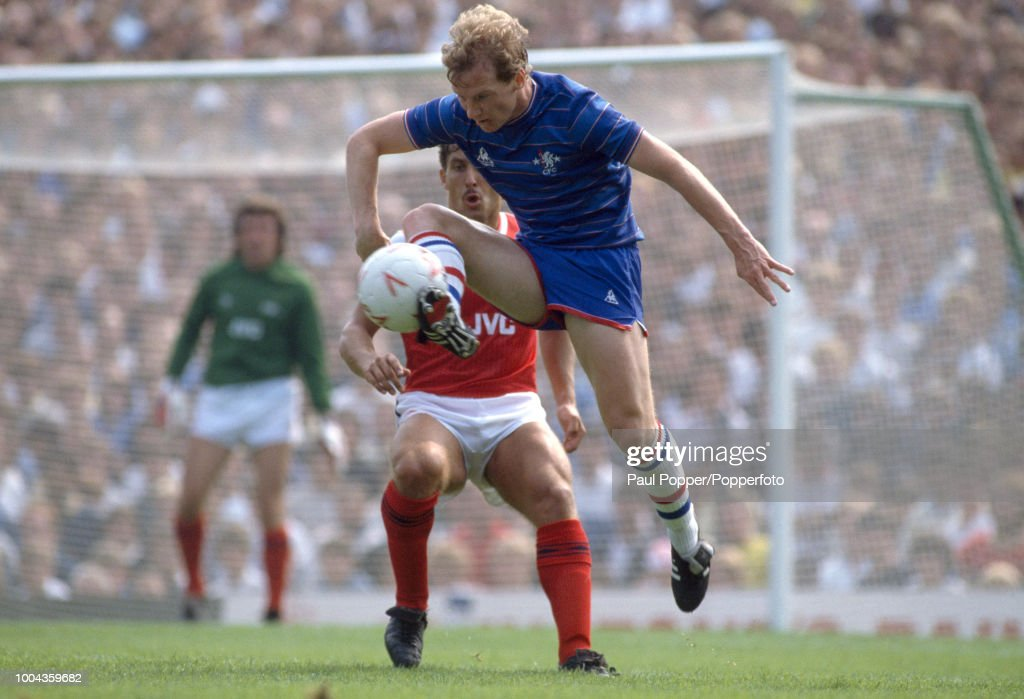 David Speedie of Chelsea is watched by Kenny Sansom of Arsenal ...