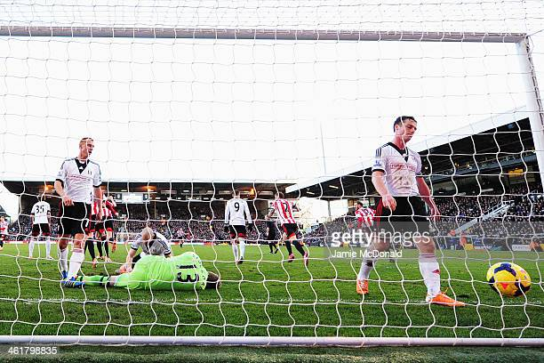 David Stockdale the Fulham goalkeeper and Scott Parker react as Ki SungYueng of Sunderland shoots and scores during the Barclays Premier League match...