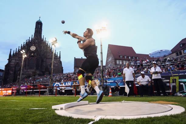 يتنافس David Storl من SCDHFK Leipzig في نهائي Shot Put للرجال خلال اليوم الأول من بطولة ألمانيا لألعاب القوى في Hauptmarkt في 20 يوليو 2018 ...