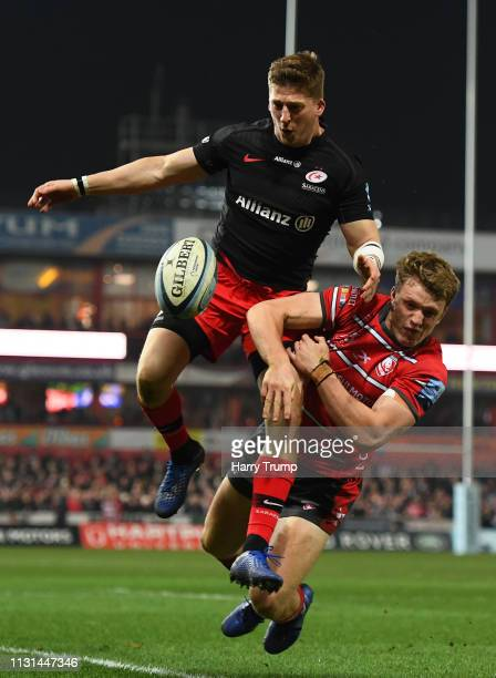 David Strettle of Saracens attempts to win the ball ahead of Ollie Thorley of Gloucester Rugby during the Gallagher Premiership Rugby match between...