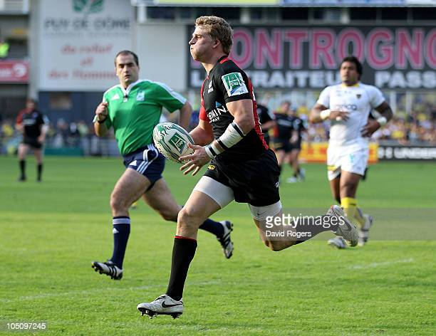 David Strettle of Saracens races clear to score a try during the Heineken Cup match between ASM Clermont Auvergne and Saracens at Stade Marcel...