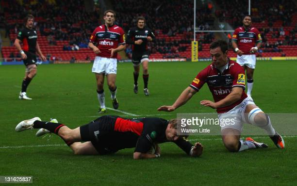 David Strettle of Saracens scores the opening try during the Aviva Premiership match between Saracens and Sale Sharks at Vicarage Road on November 6...
