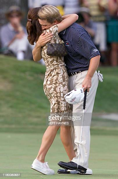 US David Toms hugs his wife Sonya after making a par on the 18th hole to 19 August 2001 to win 83rd PGA Championship at the Atlanta Athletic Club in...