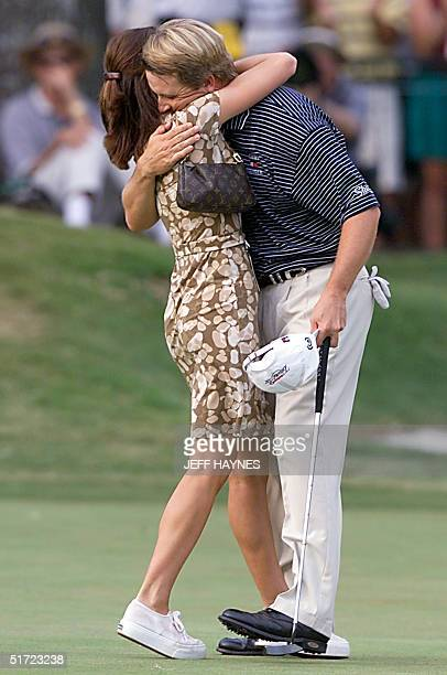 David Toms hugs his wife Sonya after making a par on the 18th hole to 19 August 2001 to win 83rd PGA Championship at the Atlanta Athletic Club in...