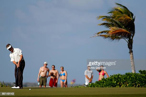 David Toms makes a putt for par on the 15th hole during the second round of the Mayakoba Golf Classic on February 27 2009 at El Camaleon Golf Club in...