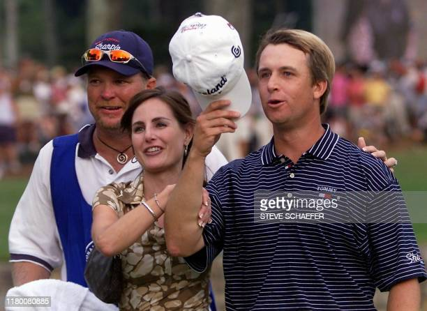 David Toms of the US celebrates with his wife Sonya and caddy Scott Gneiser 19 August 2001 after clinching the 83rd PGA Championship at the Atlanta...