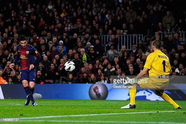 David Villa of FC Barcelona beats Ruben Martinez of Rayo Vallecano scoring the opening goal during the La Liga match between FC Barcelona and Rayo...