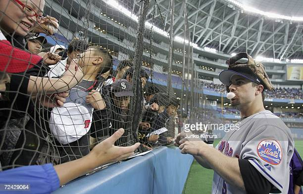David Wright of New York Mets signs autographs for fans during the Aeon All Star Series Day 4 MLB v Japan AllStars at the Kyocera Dome on November 7...