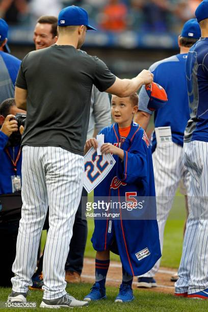 David Wright of the New York Mets signs autographs for a young fan after the Mets defeated the Miami Marlins at Citi Field on September 30 2018 in...