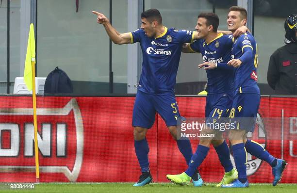 Davide Faraoni of Hellas Verona celebrates with his teammates after scoring the opening goal the Serie A match between AC Milan and Hellas Verona at...